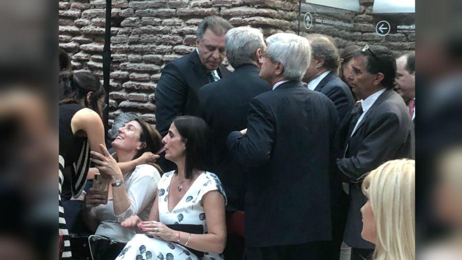 Cristóbal escucha a Aníbal Fernández. Detrás está Ferreyra
