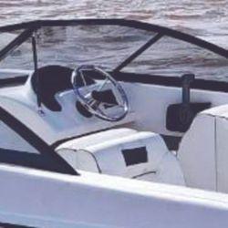 Hacia el centro del cockpit se encontraban dos asientos del tipo back to back, junto al tablero y guantera de acompañante.