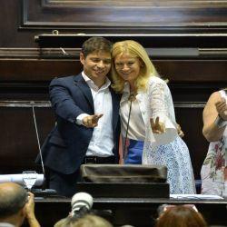 Axel Kicillof y Verónica Magario en blanco y celeste. | Foto:Cedoc