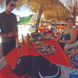 Ostiones en la playa de la isla Ixtapa.