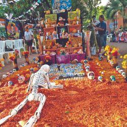 Los altares del Día de los Muertos es una tradición que se cumple en las casas y también en los comercios para honran a los que fallecieron.