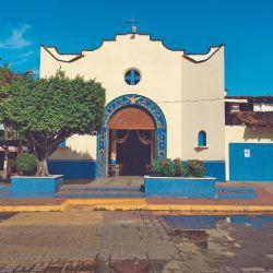 La iglesia de Guadalupe se ubica en el centro neurálgico de Zihuatanejo.