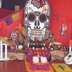 Los altares de los muertos están por todos lados.