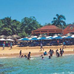 La diminuta isla Ixtapa está llena de locales de comida.