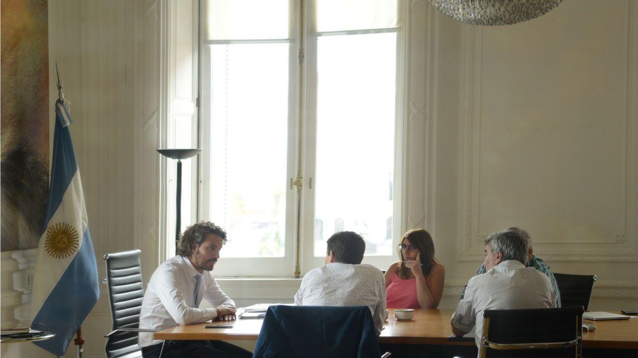 CON PERFIL. Cafiero y su segunda, Cecilia Todesca, trabajaron ayer sábado en Casa de Gobierno.