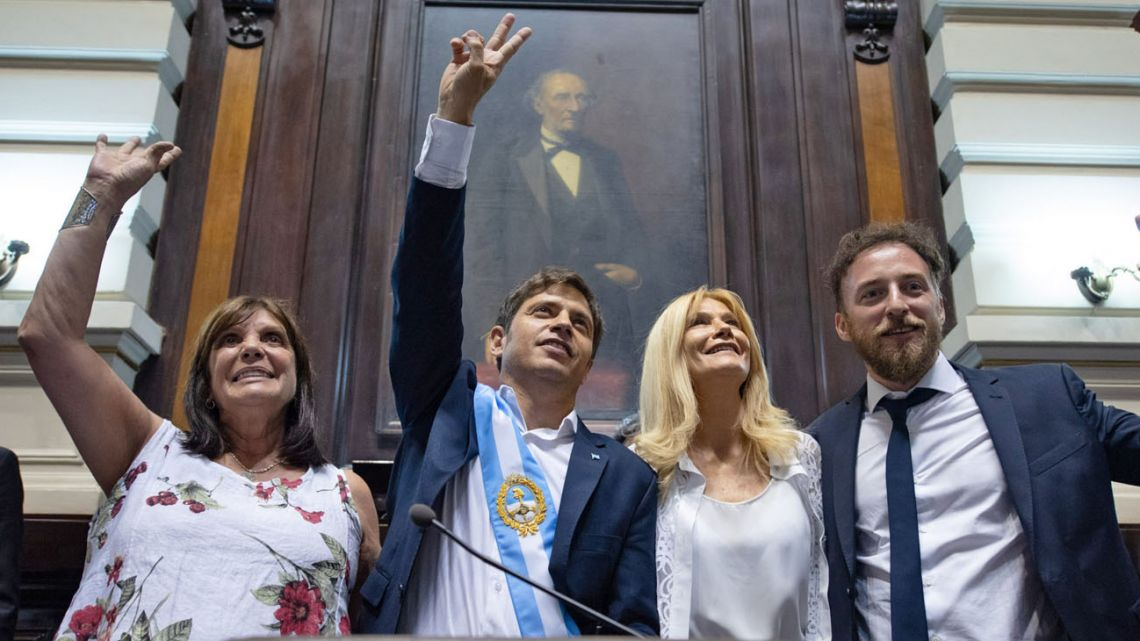 The swearing in was delayed by one day so that Kicillof could attend the inauguration of Fernández and Fernández de Kirchner in the capital, who returned the favour, travelling to the provincial capital for the event.