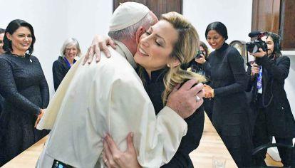 Abrazo. Francisco y Fabiola Yáñez, ayer, en el encuentro del prelado con primeras damas de la región.