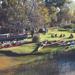 Campamento a la vera del río antes de que nos sorprendiera el anochecer.