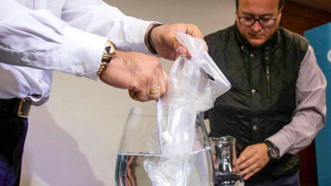 Presentaron una bolsa soluble en agua como alternativa al plástico