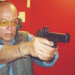 La línea del arma tiene que estar levemente más abajo o, en su defecto, su línea visual más arriba.