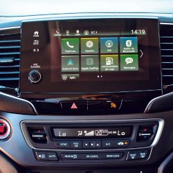 Pantalla multimedia de 8'' de alta resolución compatible con Apple Car Play y Android Auto.