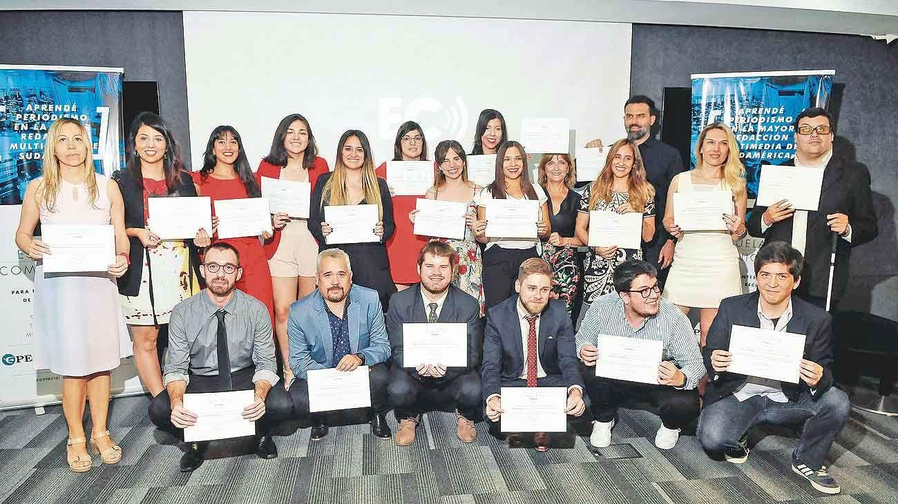 Orgullo. Estos alumnos obtuvieron el título de Técnico Superior en Periodismo. Esta carrera tiene una duración de dos años dictada por editores de la Editorial.