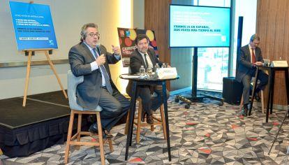 En México, el director general de France 24 Marc Saikali (izquierda), junto al director de la cadena en español Álvaro Sierra (derecha) durante el anuncio oficial de la ampliación de las horas de emisión.