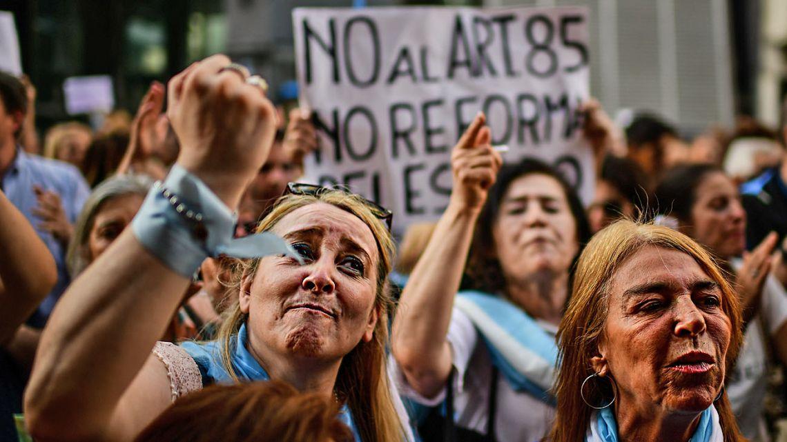 Around 500 Mauricio Macri-aligned demonstrators took the streets around Congress.