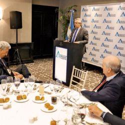 Magnetto mira desde su mesa a Alberto Fernández, durante el mensaje que el Presidente dio a CEOs el 18 de diciembre. | Foto:Presidencia de la Nación