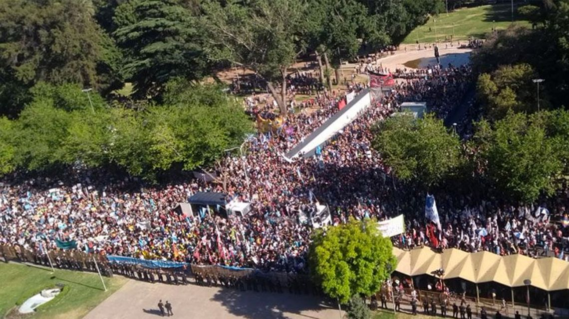 Demonstrators in Mendoza take to the streets in rejection of modifications to Law 7722.