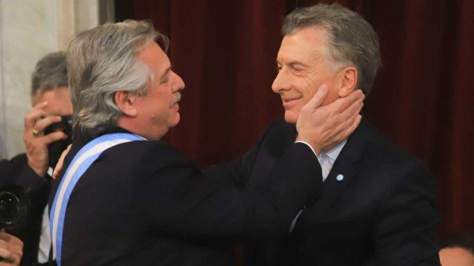 Alberto Fernández Mauricio Macri abrazo asunción