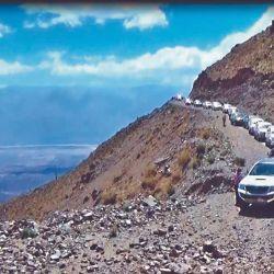Un estrecho camino obliga a la caravana a pasar de un vehículo por vez.