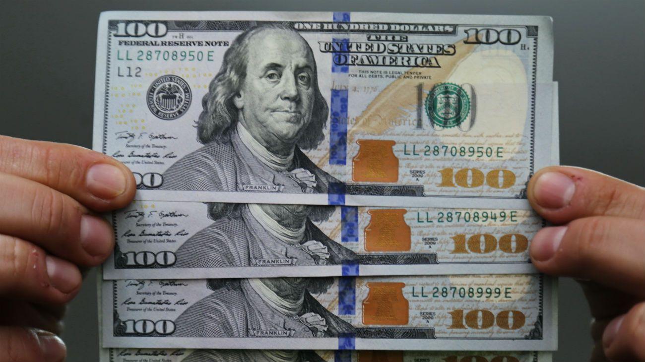 """El dólar blue puede seguir su tendencia alcista tras el recargo del 30 por ciento en el """"dólar ahorro""""."""