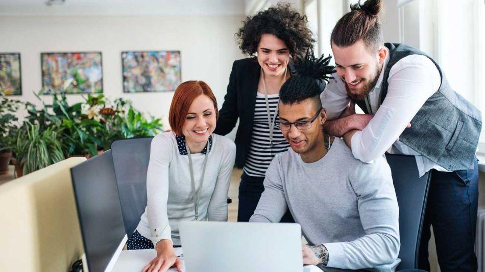 Trabajo-en-equipo-líderes-jovenes-empresas