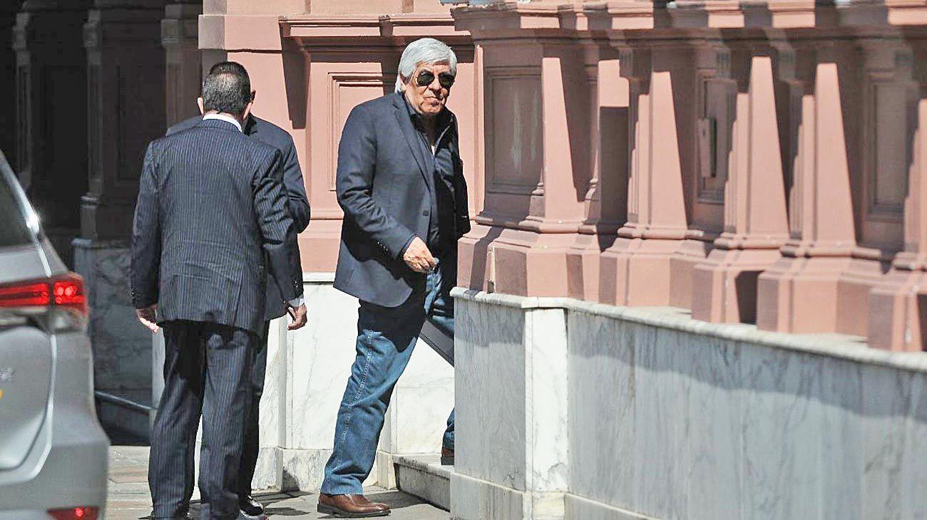 Camionero. Hugo Moyano, al llegar ayer a la Casa Rosada para el encuentro multisectorial.