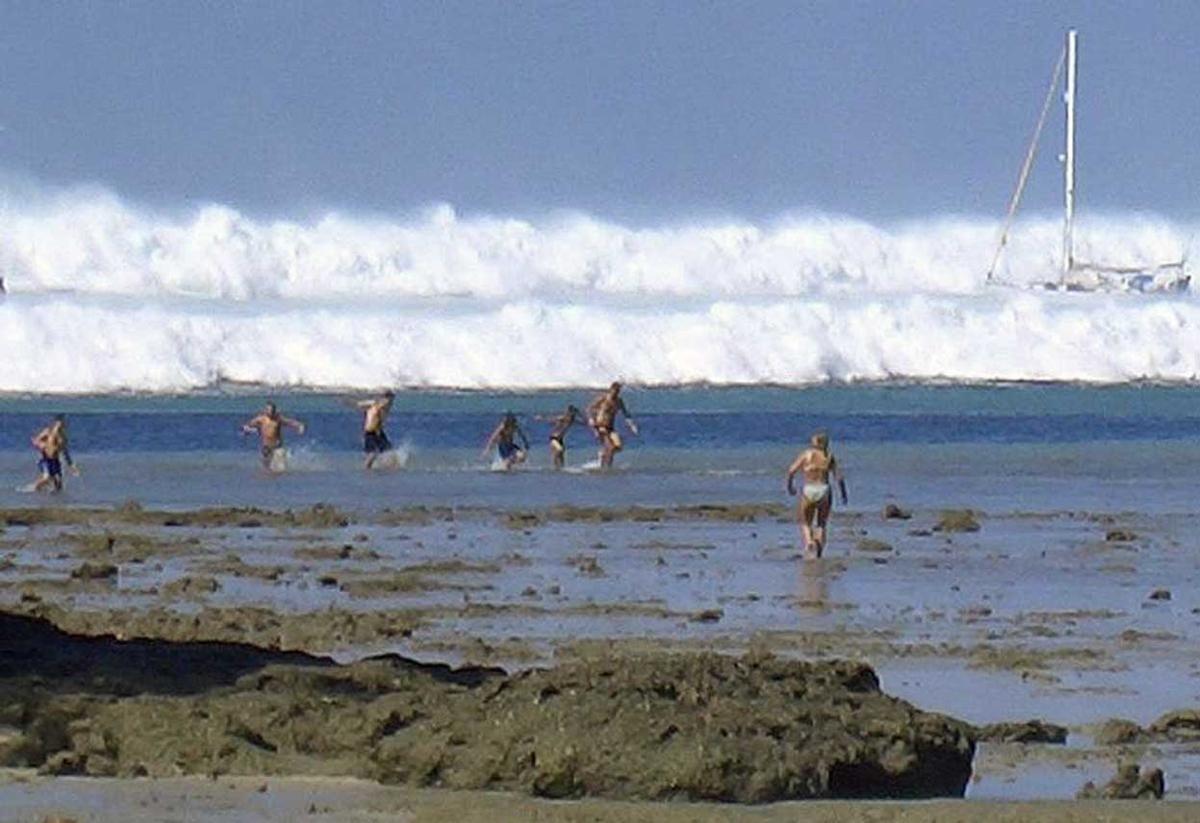 El 26 de diciembre de 2004, un violento sismo de 9,3 grados agitó el fondo marino en la isla de Sumatra y desencadenó un tsunami de más de 30 metros de alto.   El tsunami dejó más de 220.000 víctimas en los países de la zona, en pleno océano Índico, incluyendo Tailandia, Sri Lanka e India. El impacto se llegó a sentir en África.