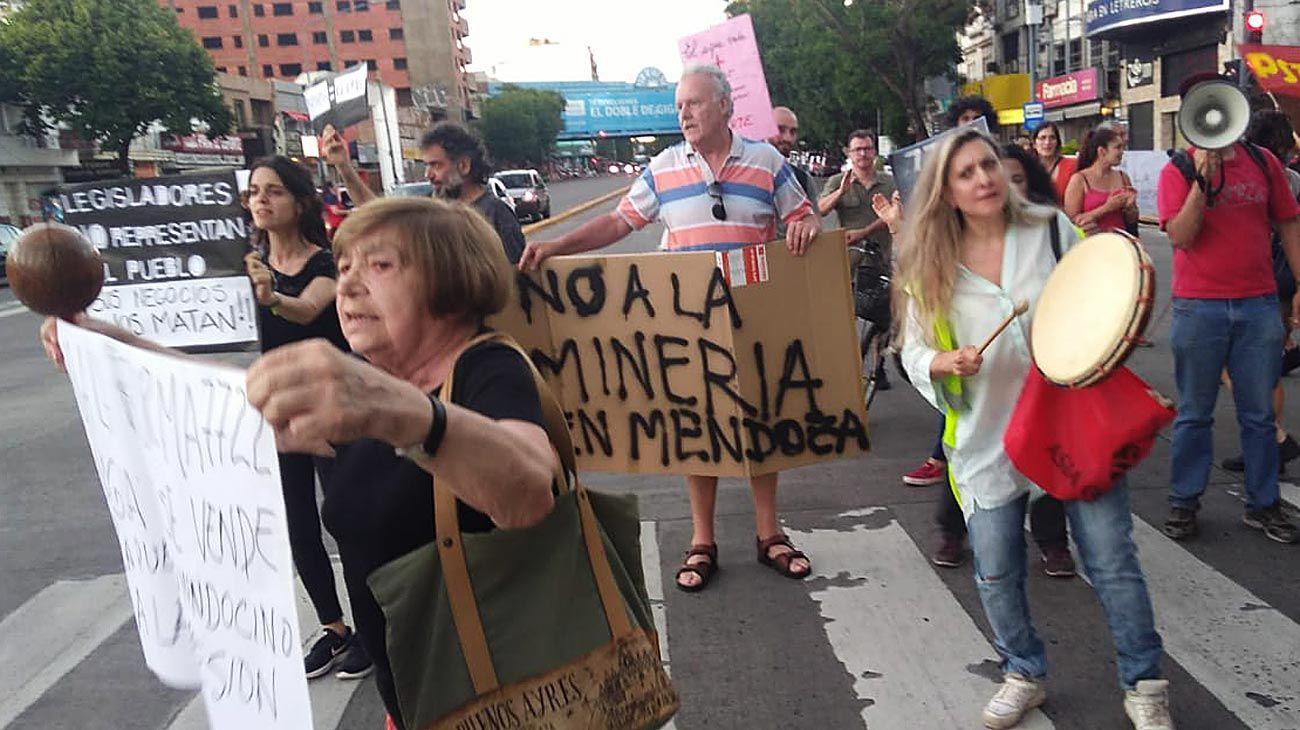'Por ahora lo que está moviendo al país es la minería . Al menos está moviendo a un montón de gente a la calle.'