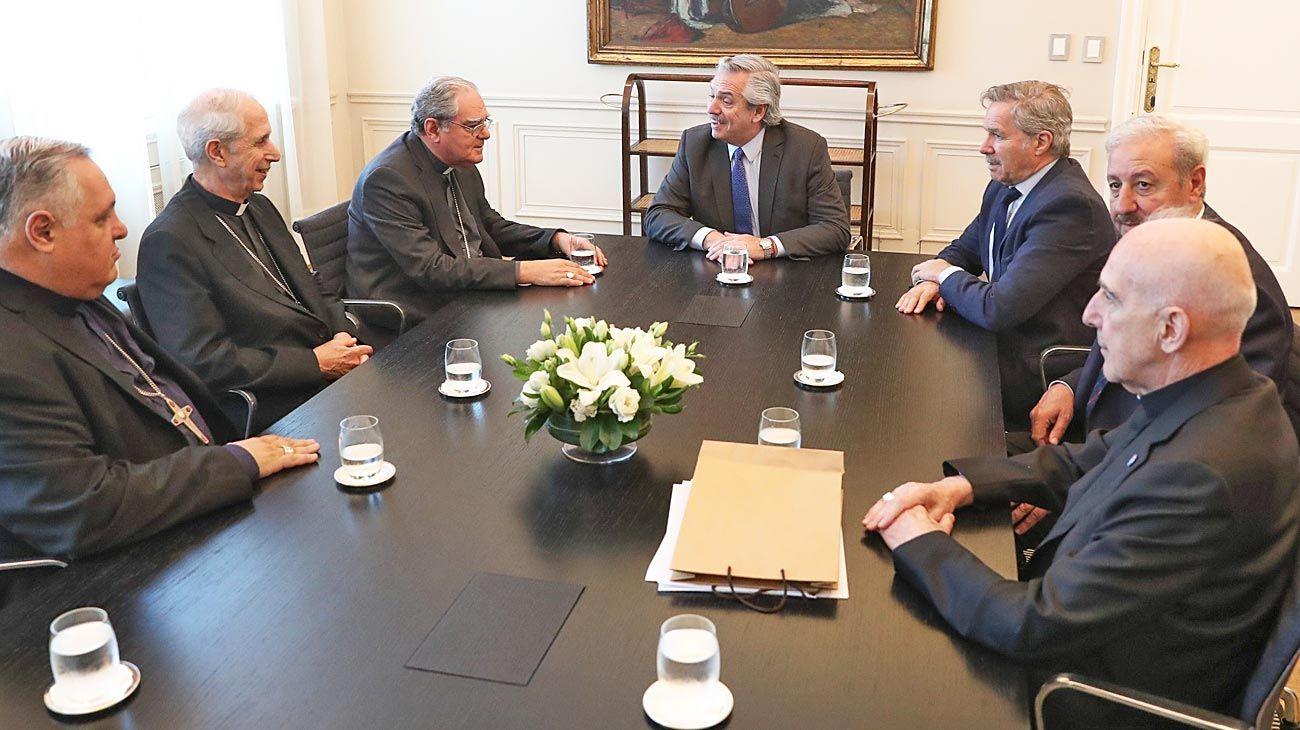 Visita. El mandatario junto al canciller Solá, el secretario de Culto, Guillermo Oliveri, y los líderes de la Conferencia Episcopal Argentina.