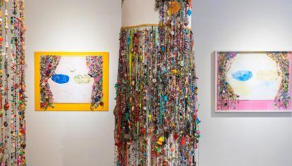 Trabajos. Diana empezó con esta recolección en el año 2000 porque quería hacer una cortina para su casa y fue juntando las piezas de colores para componerla.