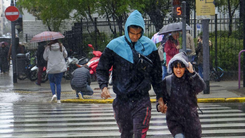 """El SMN emitió un alerta por """"lluvias y tormentas fuertes""""."""