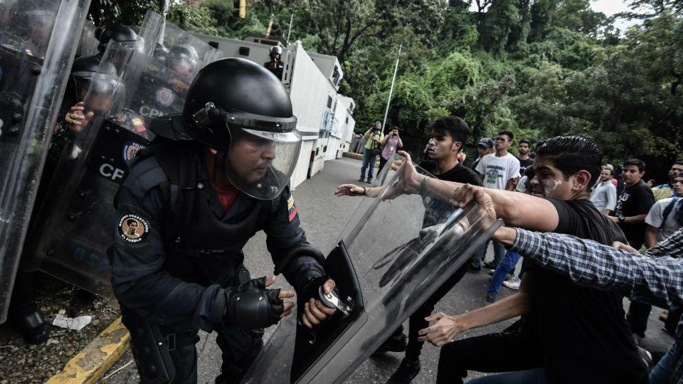 """""""En el año 2019 Venezuela ha vivido la mayor crisis social de la historia por la destrucción de la economía, la pérdida de capital humano por la emigración, el deterioro del Estado de Derecho y el incremento de la desigualdad social"""", denunció el OVV."""
