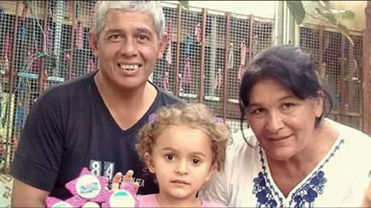 La mujer, junto a su pareja y su nieta.