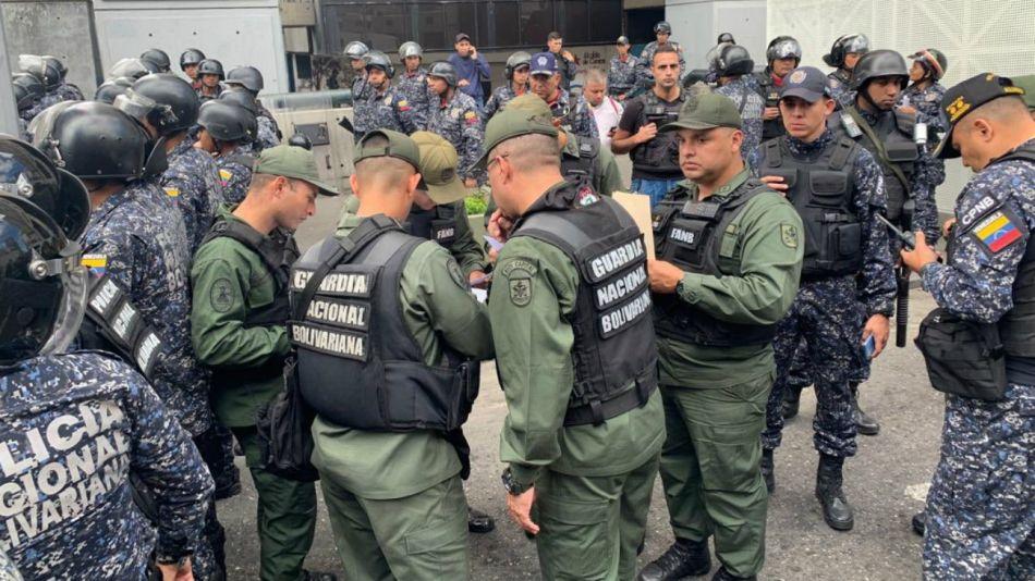 Asamblea de Venezuela con custodia policial