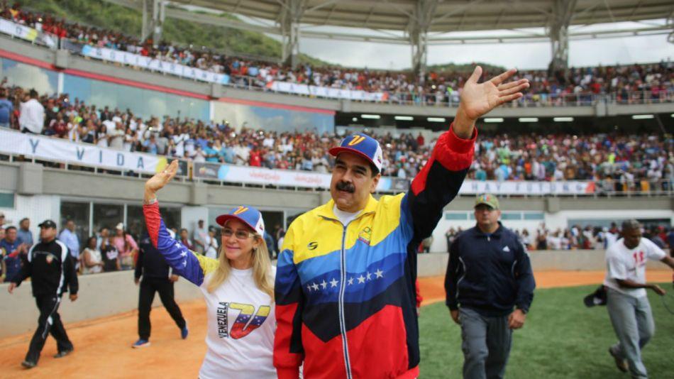 Nicolás Maduro jugando al softbol mientras la Asamblea sesiona con policía.
