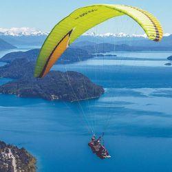 Los que buscan adrenalina pueden realizar parapente desde el cerro Otto.