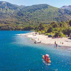 Uno de los principales atractivos que hicieron de Bariloche el hit del verano 2021: los lagos perfectos para refrescarse y realizar un poco de kayak.