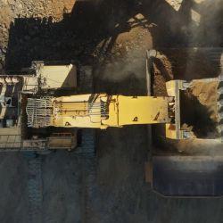 Una retroexcavadora cargando con minerales un camión en Mina Veladero. | Foto:Barrick Gold