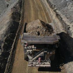 Un camión de grandes dimensiones (tienen casi cinco metros de altura) transportando minerales.  | Foto:Barrick Gold