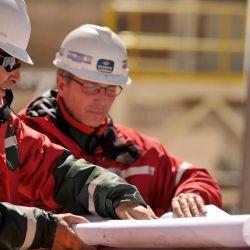 Marcelo Fernández y Jorge Mira en la planificación de las obras del Valle de Lixiviación, conocida como la Fase 6.  | Foto:Barrick Gold