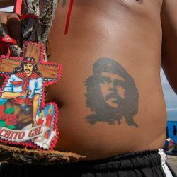 """""""Un joven en cueros con Cristo y el Che tatuados en la panza me dice que tardaremos seis horas en entrar""""."""