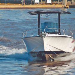Las líneas finas de proa le permiten atravesar las olas sin sobresaltos.