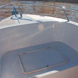 Zona de tambucho en proa, muy útil para la pesca.