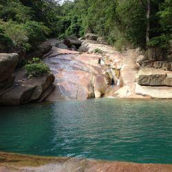 El agua proviene de una de las siete cascadas del río Minca.