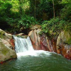 La temperatura del agua es muy fría, por lo que muchos acuden para realizar hidroterapia.