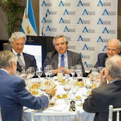 Acercamiento. En el almuerzo que Alberto Fernández mantuvo con los empresarios de AEA le pidió a Héctor Magnetto ponerle fín a la histórica pelea.   Foto:Cedoc