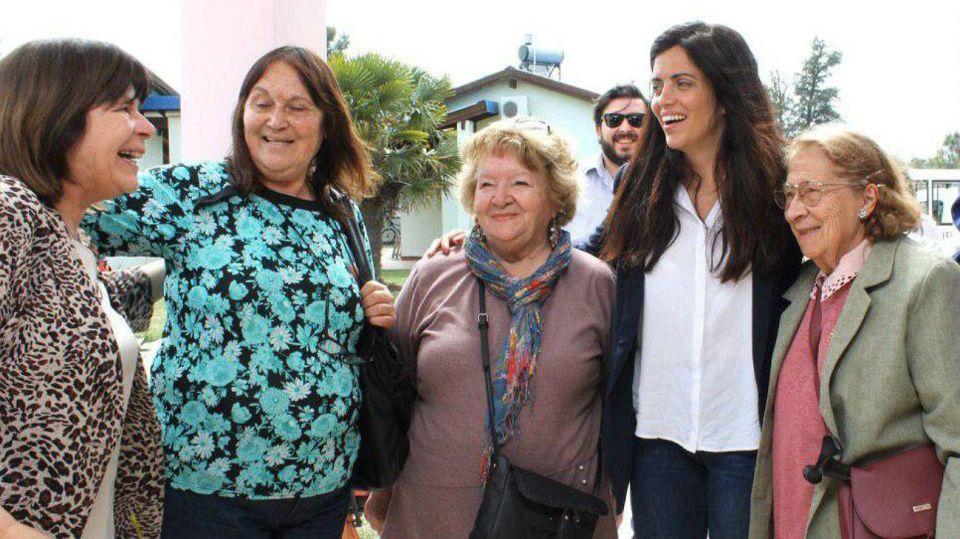 Luana Volnovich, junto a un grupo de jubilades.