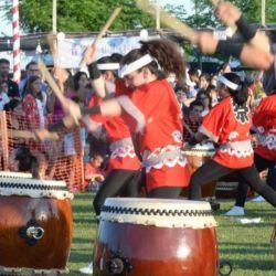 Interpretación con los tradiciones tambores japoneses.