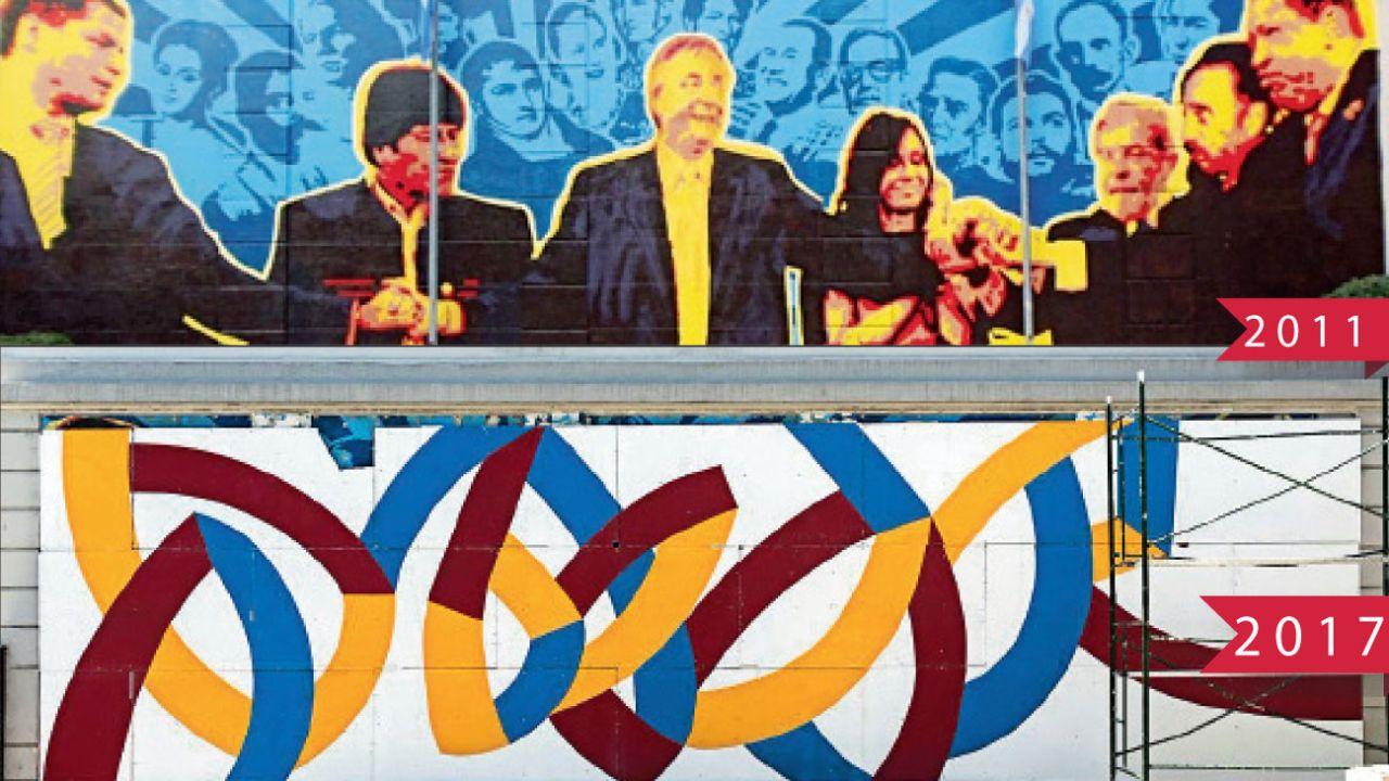 Rescate épico. Bauer sacó de una dependencia la obra con que el macrismo había tapado el mural de los políticos.  | Foto:Cedoc