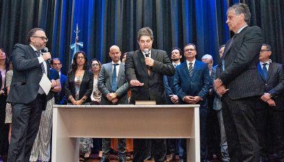 Jura. El secretario de Energía, Sergio Lanziani, presta juramento a su cargo ante el ministro Kulfas.