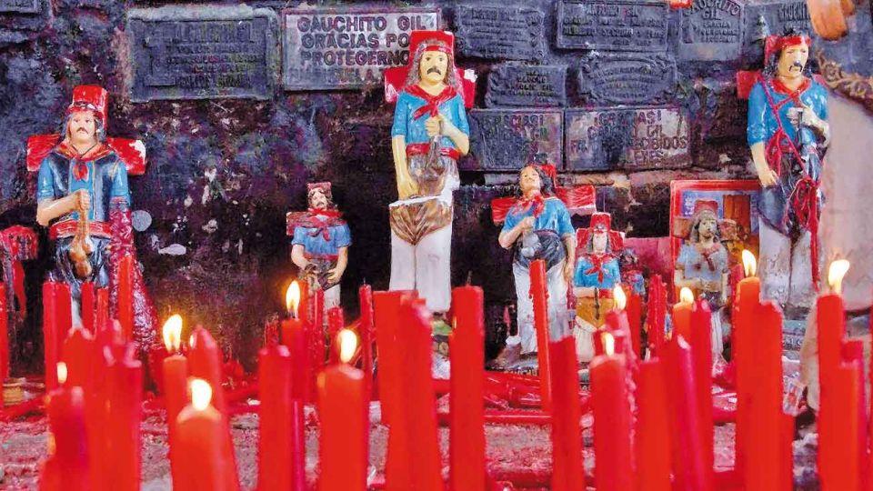 Como cada 8 de enero, miles de devotos del Gauchito Gil se congregaron en Mercedes, Corrientes. En Santos ruteros Gabriela Saidon cuenta la historia de este santo pagano y de la Difunta Correa.